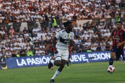 Así jugó Emmanuel Adebayor en su debut con Olimpia