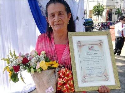 Mujer paraguaya que dio a luz a 16 hijos recibe homenaje en Villarrica