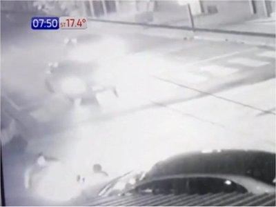 Cámara capta a conductora cuando atropella y abandona a transeúnte