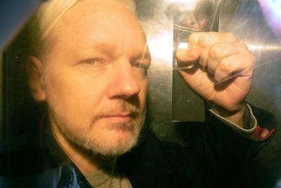 Julian Assange, el pirata informático más buscado, de nuevo en el centro de atención
