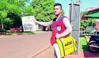 Juntando latitas y vendiendo diarios, joven encarnaceno logró graduarse de la universidad
