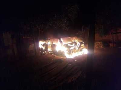 Desconocidos incendian automóvil estacionado en patio de una vivienda