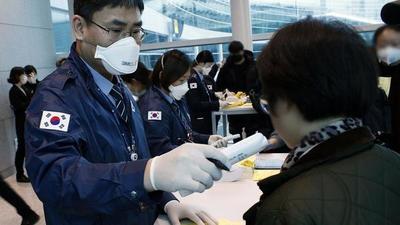 Ansiosos por frenar brote de virus, países limitan viajes