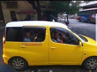 Jugadores de River llegan a Villa Elisa en taxi