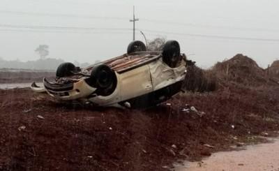 Automóvil volcó tras rozar con una camioneta