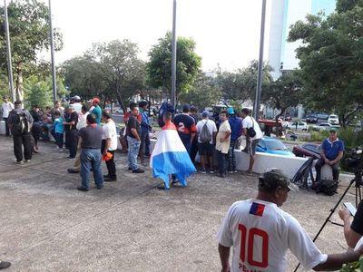 Cuidacoches protestan frente a la Municipalidad de Asunción