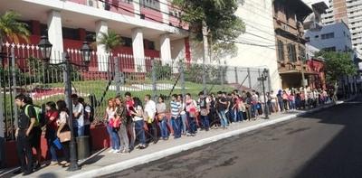 HOY / Masiva presencia de jóvenes en feria de empleo de la ANR