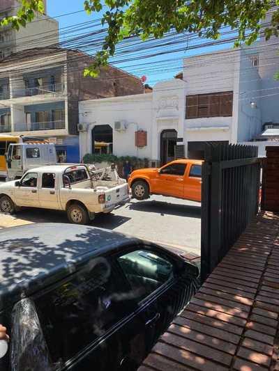 Sancionan a cuatro vehículos del MOPC por mal estacionamiento en Asunción