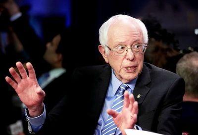 Acosado por críticas, Sanders admite la dictadura de Cuba