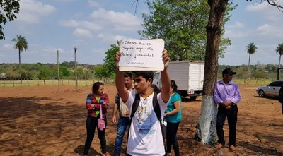 Estudiante alzó cartel pidiendo mejor educación: guardia de Abdo destrozó el mensaje