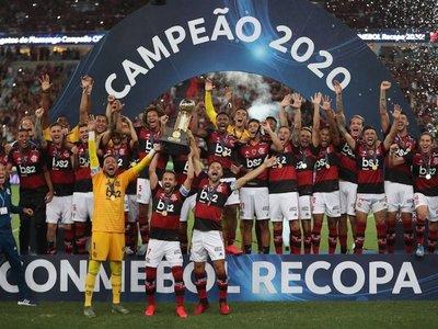 Flamengo, con diez jugadores, gana la Recopa