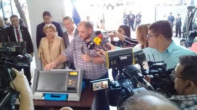 Presentan máquinas de votación que serán utilizadas en municipales de este año