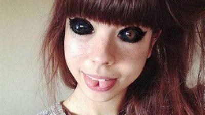 Modelo pierde la visión tras tatuarse los ojos en color negro