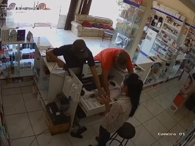 Cámara muestra momento del robo a una farmacia en Hernandarias