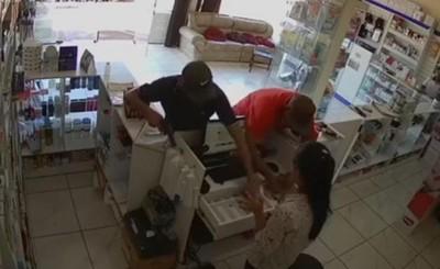 Farmacia es asaltada por tres hombres armados