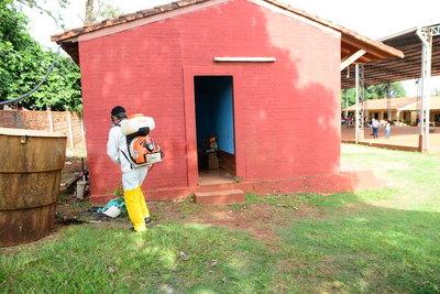 Comuna limpia y fumiga escuelas de CDE para prevenir el dengue