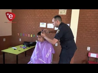 POLICÍAS SE VOLVIERON PELUQUEROS POR UN DIA Y REALIZARON CORTES A INDIGENAS DE TRINIDAD
