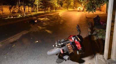 Motociclista sin casco muere al colisionar contra un árbol