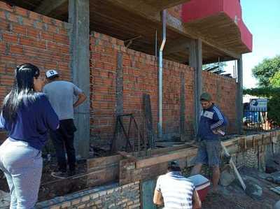 Guardia de la Itaipú construye muralla en propiedad ajena