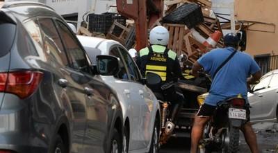 PMT retira vehículos mal estacionados y conos de cuidacoches