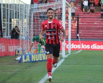 Patronato ganó y uno de los goles fue un cabezazo del paraguayo Ávalos