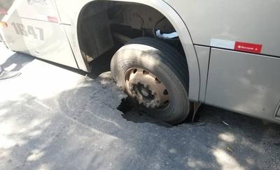 """HOY / Bus con más de 30 pasajeros  tragado tras hundimiento de  asfalto: """"Impacto fue fuerte"""""""