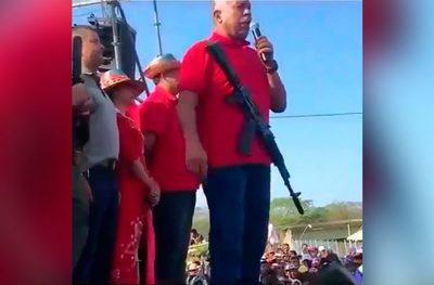 Diputado chavista da discurso con un fusil colgado en el cuello