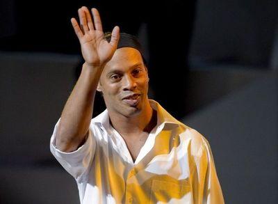 """Ronaldinho llega hoy con su libro """"Genio en la vida"""" a Paraguay"""