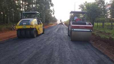 LT inició a colocar la carpeta asfáltica en obra que apunta al desarrollo de zonas productivas en Itapúa