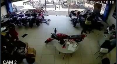 |VIDEO| Quiso robar recaudación de un local, pero llegó tarde y asalto a los empleados