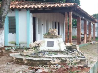 Lamentable demolición a mazazos de monolito homenaje a los héroes en Capiatá