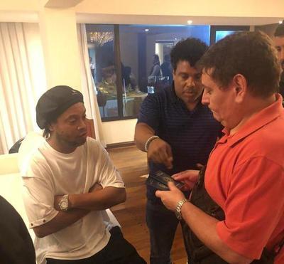 Ronaldinho, el astro brasileño preso en Paraguay con pasaporte falso •