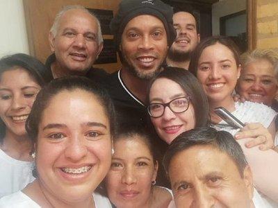 En medio del escándalo, policías y funcionarios fiscales aprovechan para sacarse fotos con Ronaldinho