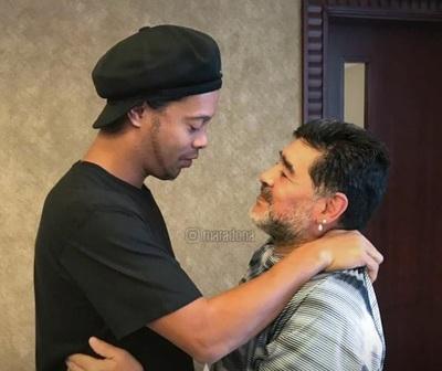 """Maradona le desea """"fuerza"""" a Ronaldinho: """"La verdad siempre sale adelante"""""""