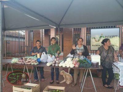 Pequeños productores rurales promueven feria de productos frente al Indert
