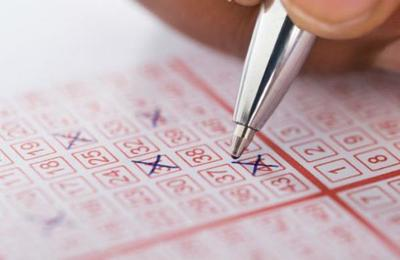Gana 50 millones de dólares luego de comprar un billete de lotería en el local en que trabajaba