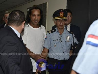 Ordenan detención de Ronaldinho Gaúcho y su traslado a la Agrupación