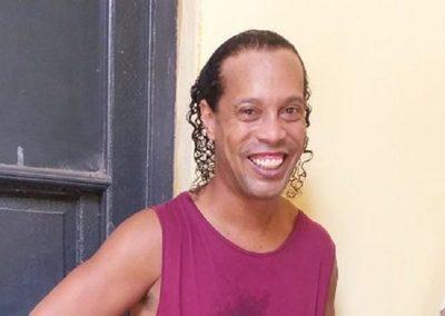 Ronaldinho recibe varias visitas, hasta de exfutbolistas