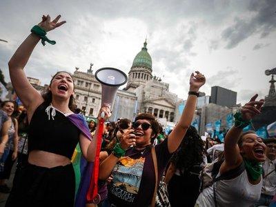 Multitudinaria marcha de mujeres por aborto legal y contra feminicidios en Argentina