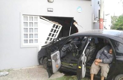 Ka'úre chocó su auto contra una casa ha oke mano upépe