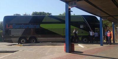 Terminal: apartan a mujer con alta temperatura y retienen bus