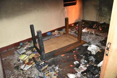 Vecinos de Itauguá quemaron la casa de una pareja acusada de homicidio