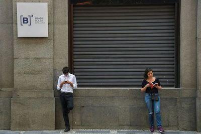 Bolsa de Sao Paulo cae más de 15% y vuelve a suspender operaciones