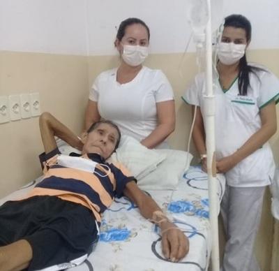 Enfermeras miman a anciano que espera a familiares