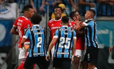 HOY / Gremio e Inter empatan un clásico con 8 expulsados