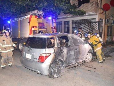 Desconocidos incendian vehículo de funcionaria del Buen Pastor