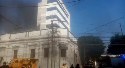 Reportan incendio en edificio del microcentro de Asunción
