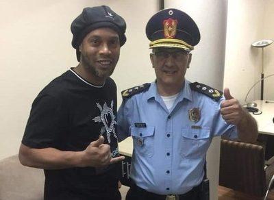 Ronaldinho mostró magia en la cárcel