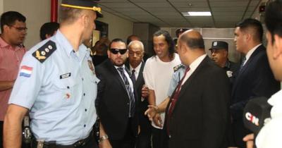 Cámara rechaza apelación y Ronaldinho seguirá preso