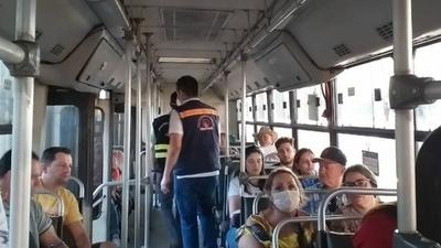 HOY / Doce líneas de transporte sancionadas por llevar más de 10 pasajeros parados